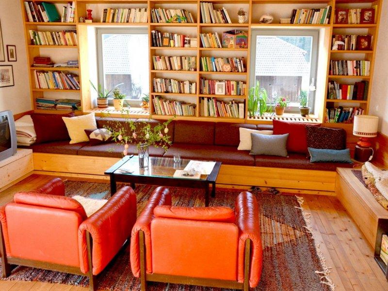 Obýváku už chyběla jen finální matrace a polštářky, vše barevně ladící k okolním prvkům (velký portrét, koberec apod).