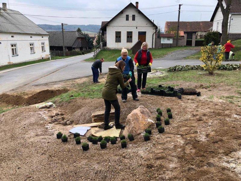 Proběhla úspěšná dobrovolnická brigáda na první etapu ozelenění ostroveckého pomníku
