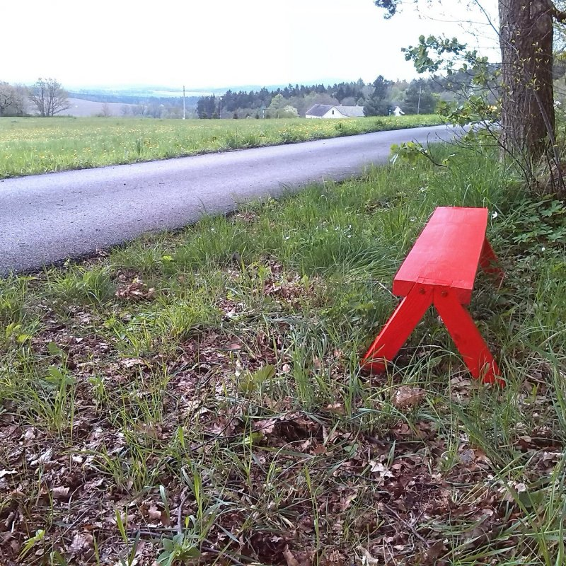 Červená lavička