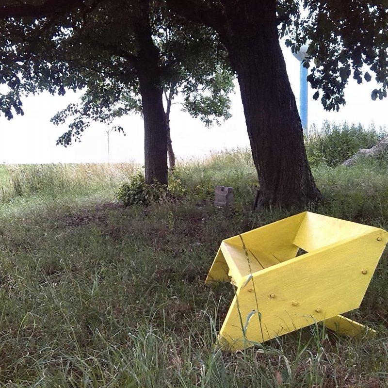 Žlutá lavička