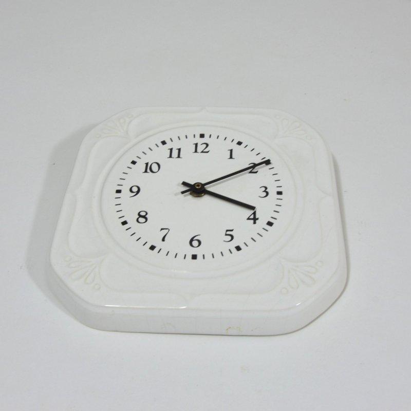 Bílé porcelánové hodiny