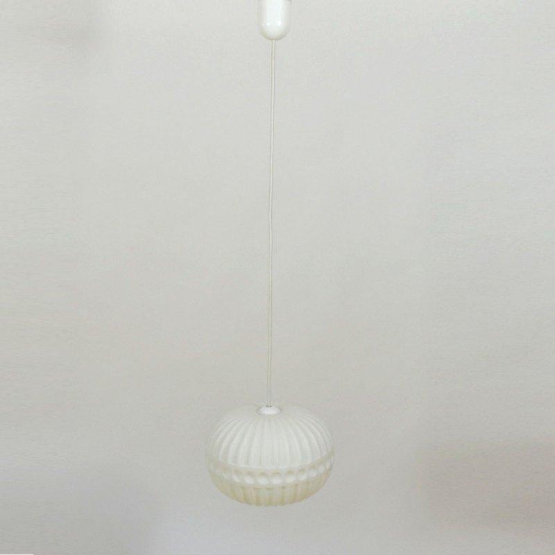 Bílý lustr s plastickým vzorem