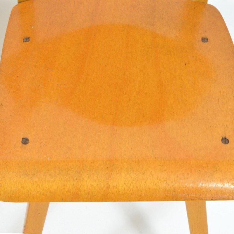 Pár celodřevěných židlí