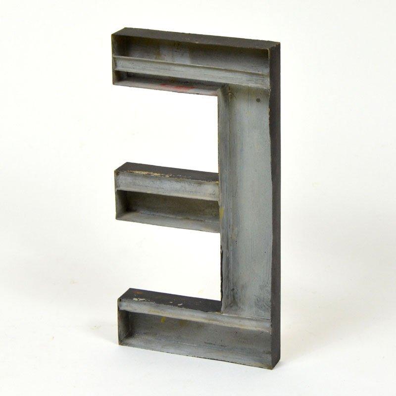 Kovové písmeno E