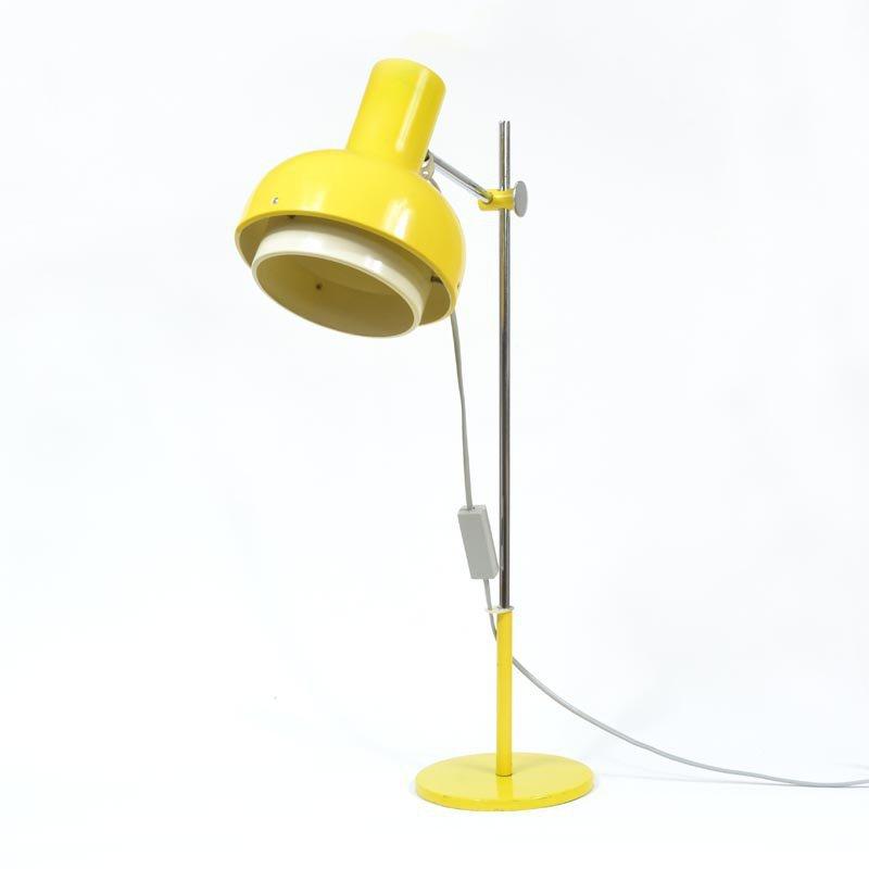 Žlutá stolní lampa